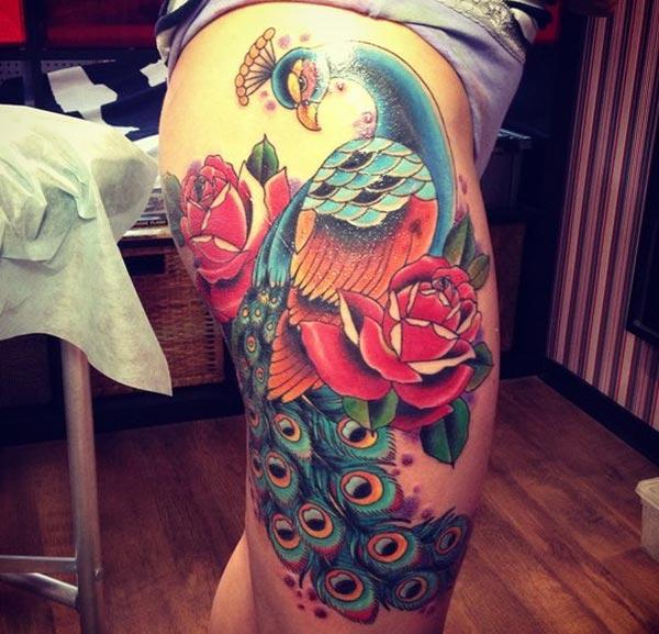 Påfugl tatovering på sidelåret gir jentene et attraktivt utseende