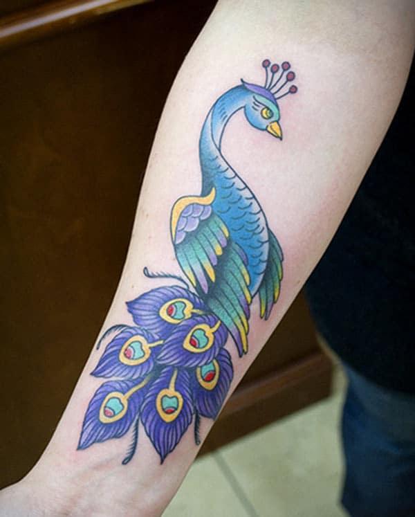 Påfugl tatovering på håndleddet gjør en kvinne ser fengslende ut