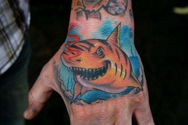 손에 상어 귀영 나팔은 남자를 유행에 본다시킨다