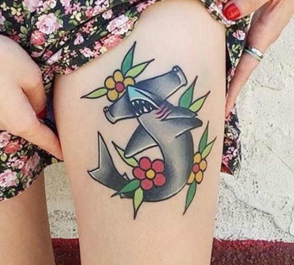 Shark Tattoo für den Oberschenkel bringt ihr feministisches Aussehen.
