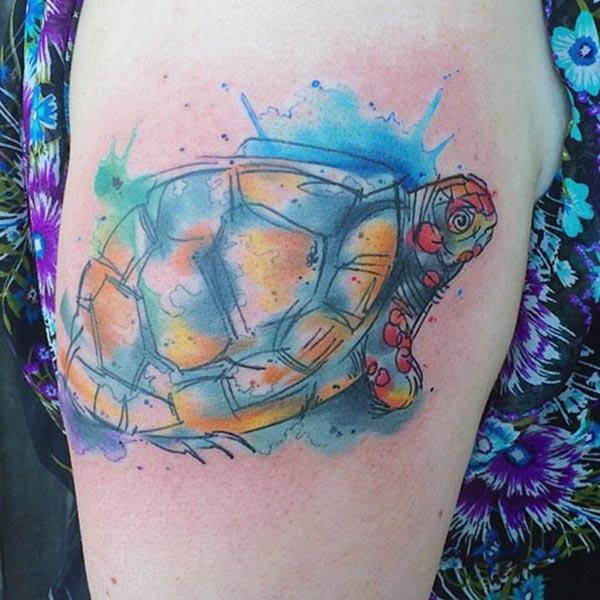 Turtle tattoo za ramo daje ujetni videz pri deklicah