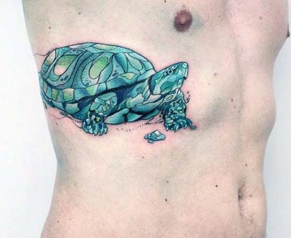 Tattoo želva na strani, da človek izgleda kul