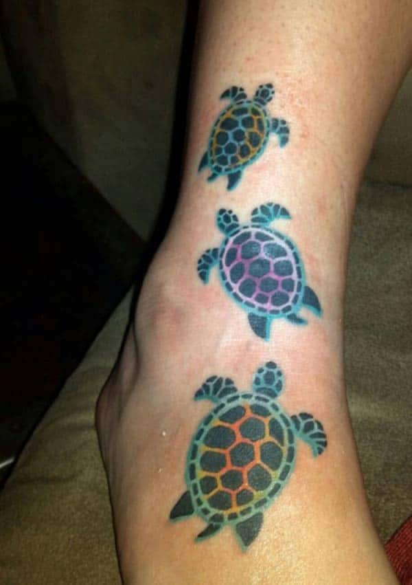 Girls make a Turtle tattoo on their toe to flaunt their legs