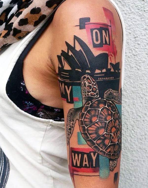Tha an tatto Turtle air a 'ghualainn le dealbhadh inc dhonn, a' dèanamh seallaidhean brèagha dha na caileagan