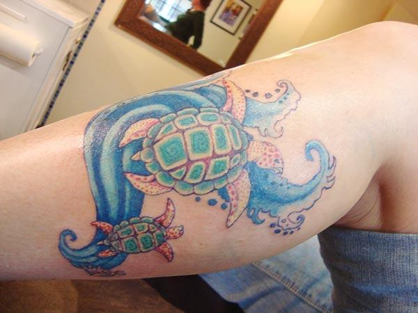 Turtle tattoo on the side foot gives the girls an attractive look