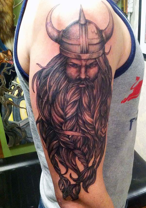Selle Vikingi tätoveeringu tindi disain sobib nahavärviga, et muuta mees suurepäraseks