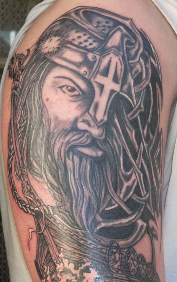 Vikingi tätoveering meestele, kellel on tumedat tint, muudab mehe armsaks