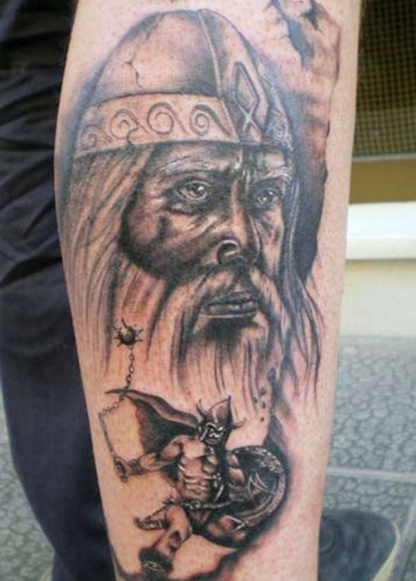 A tatuaxe de Viking na parte inferior do brazo fai que un home se vexa fresco