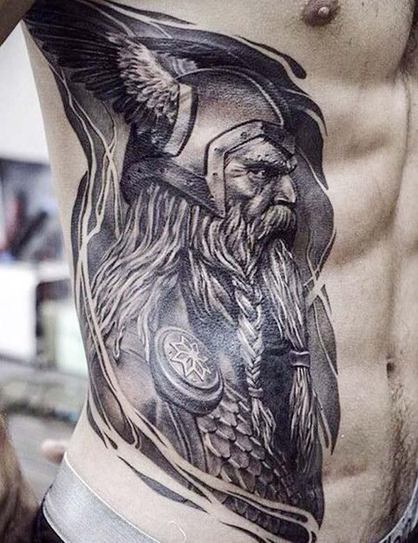 Vikingi tätoveering on küljel, et mees näeks välja jahe