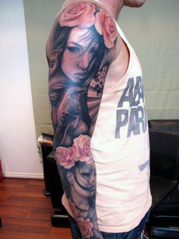 Arm tattoo on the right upper arm make a man look stylish