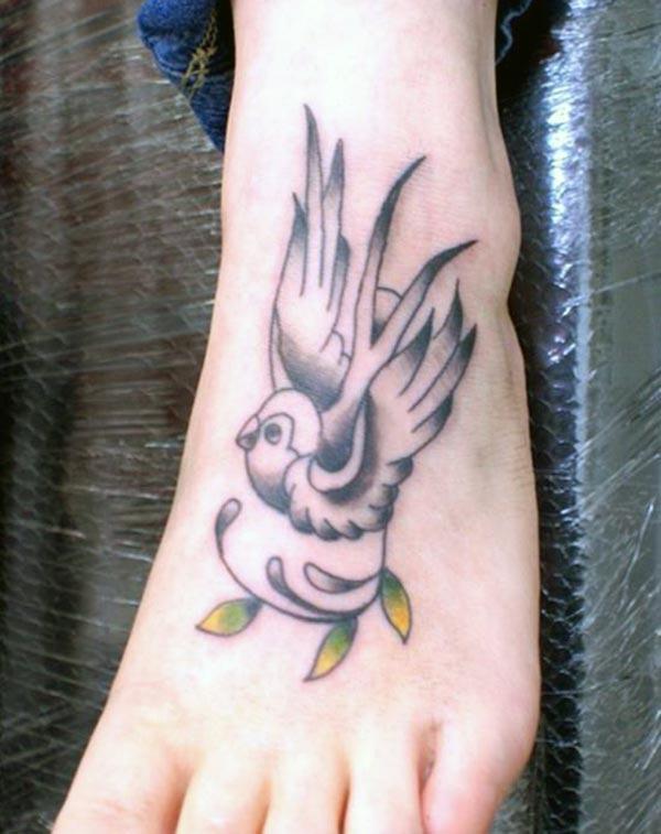 Fè yon tatoo zwazo divin sou pye etalaj li