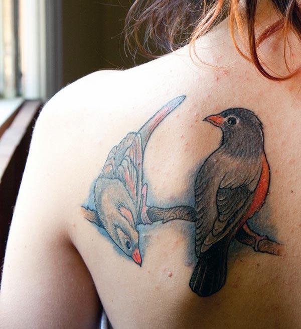 Bird tatoo sou zepòl la tounen fè yon fanm gade atire