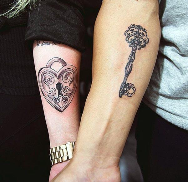 Ang magtiayon nga tattoos sa kamot naghimo sa mga magtiayon nga tan-awon nga madanihon