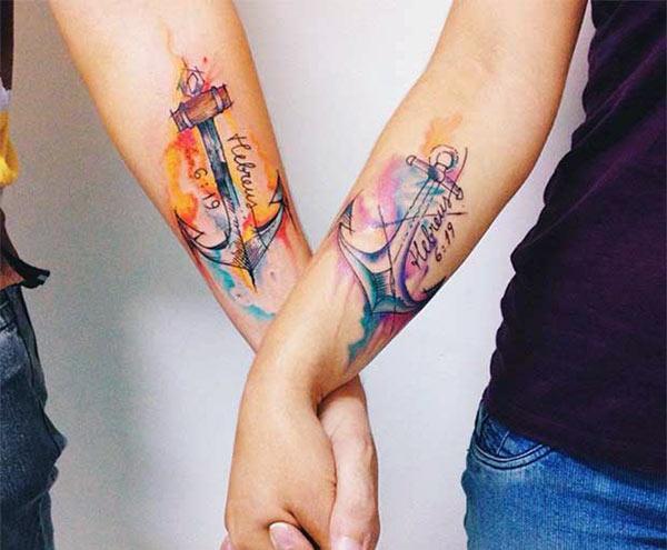Ang magtiayon nga tattoos sa kamot nga adunay asul ug brown nga tinta nga disenyo sa tinta naghimo niini nga mas madanihon