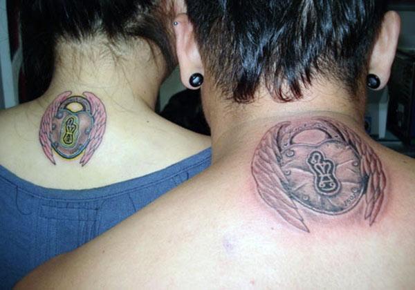 Ζευγάρι Τατουάζ στο πίσω λαιμό κάνουν τα ζευγάρια να φαίνονται ακτινοβόλα και γοητευτικά