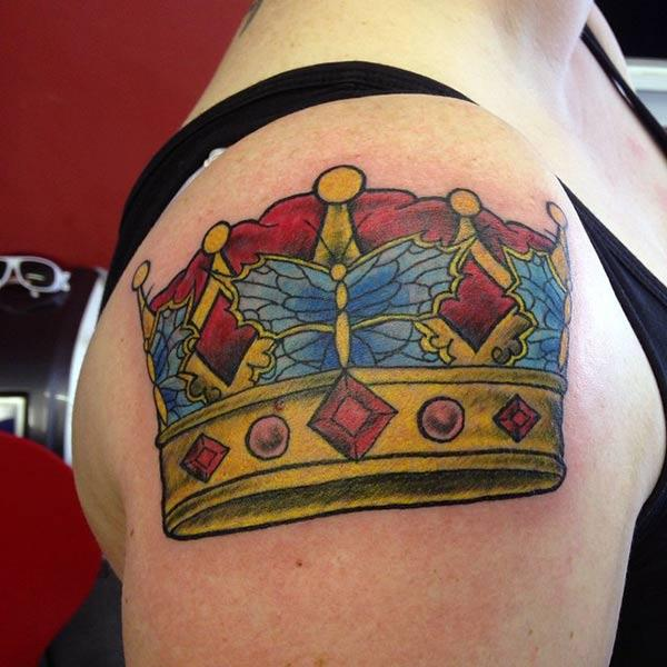 Coroana tatuaj pentru femei pe umăr face din ele să arate atractiv