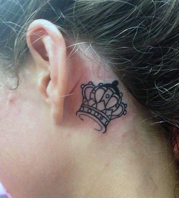 Tatuajul crown în spatele urechii aduce aspectul feminist