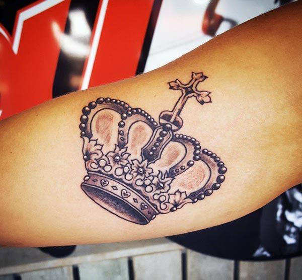 Coroana tatuaj pentru femei cu piele maro face sa arate destul
