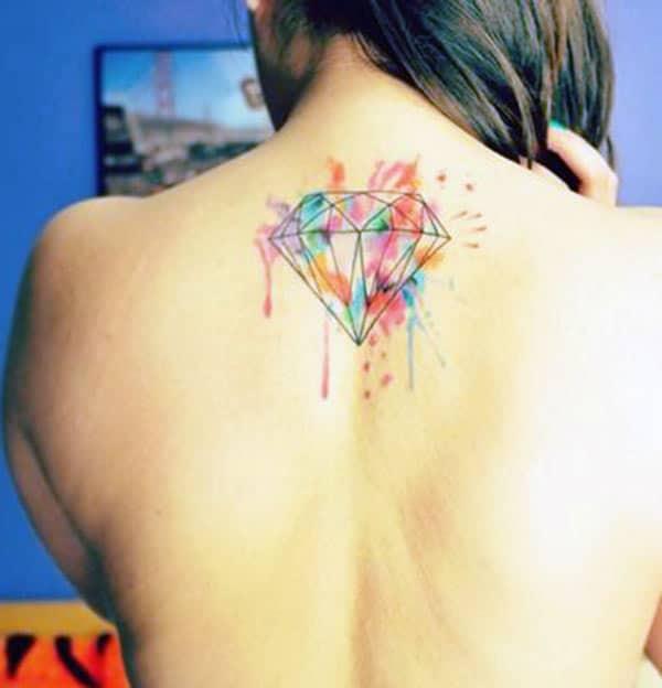 Gyémánt tetoválás a hátán egy lány vonzó és elegáns