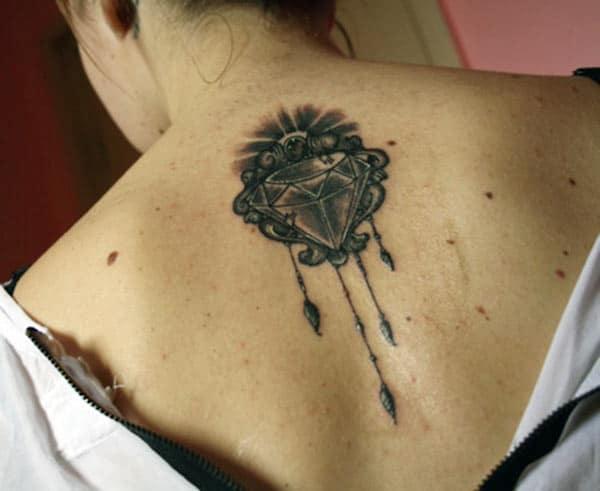 A gyémánt tetoválás sötét formája a hátsó nyakán, a lányok csodálatos kinézete