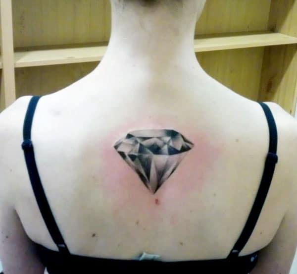 Diamond Tattoo ka morao e tlisa ho shebahala habonolo ho banana
