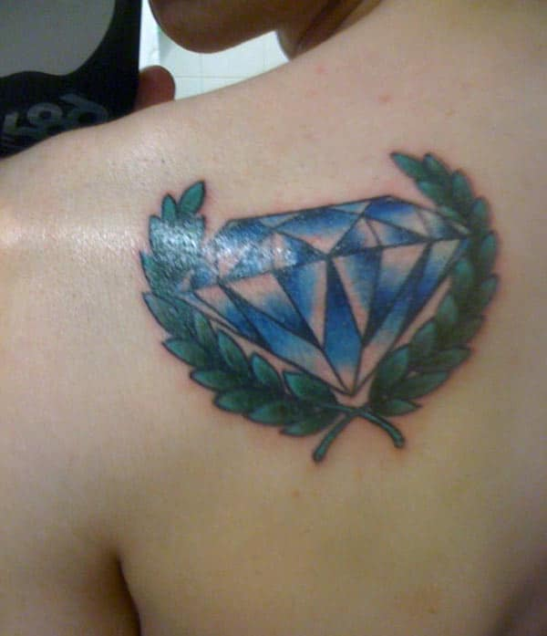 Diamond Tattoo na parte inferior das costas traz o olhar elegante