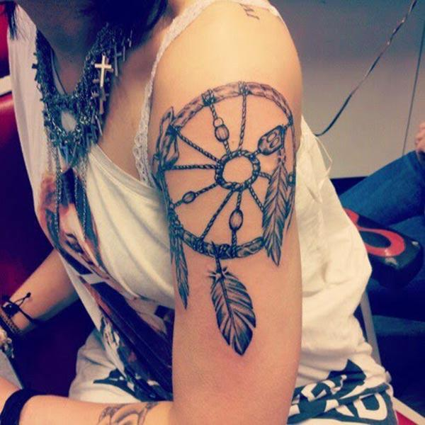 Dreamcatcher tattoo on the shoulder make them look splendid