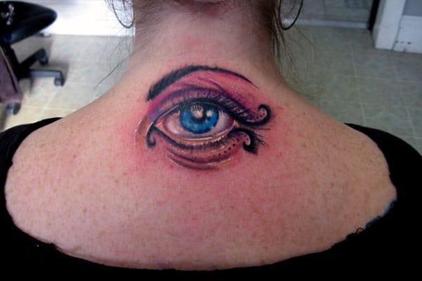 Eye tattoo, cù un disegnu di u taccu nìvuru è u blu, facenu bè bella.