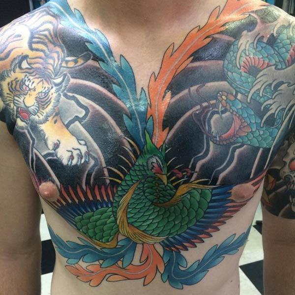 Göğsündeki Phoenix dövmesi bir insanı sersemlettirir