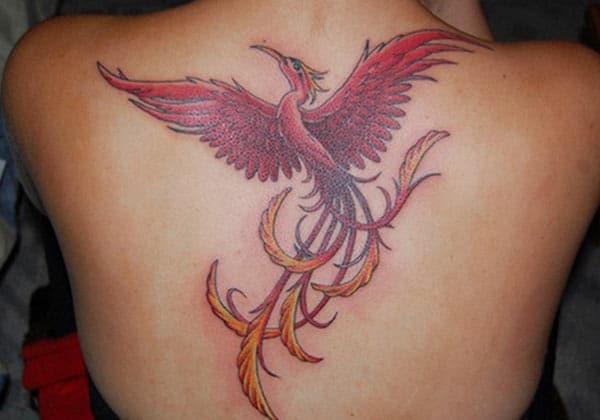 Pembe mürekkep tasarımlı Phoenix dövme, muhteşem bir görünüm getiriyor