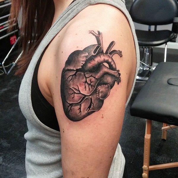 黒インクでハートのタトゥーが豪華な外観をもたらす