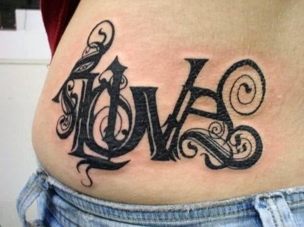 Αγάπη τατουάζ στην πλάτη πλευρά κάνει τις γυναίκες να φαίνονται χαριτωμένο και πανέμορφο