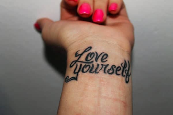 Τα κορίτσια πηγαίνουν για ένα τατουάζ αγάπη στο πίσω μέρος των χεριών τους για να φέρει όμορφη εμφάνιση τους.