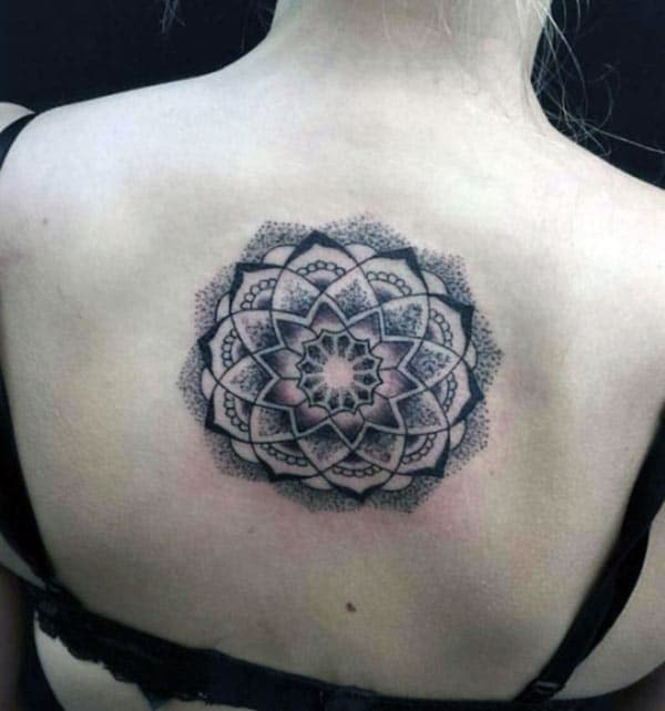 Le tatouage Mandala sur le dos rend les filles magnifiques