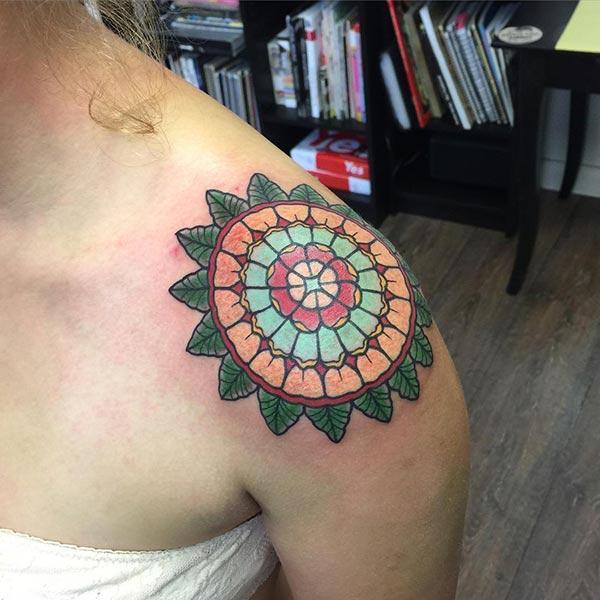 Tatouage Mandala pour l'épaule donne le regard captif chez les filles
