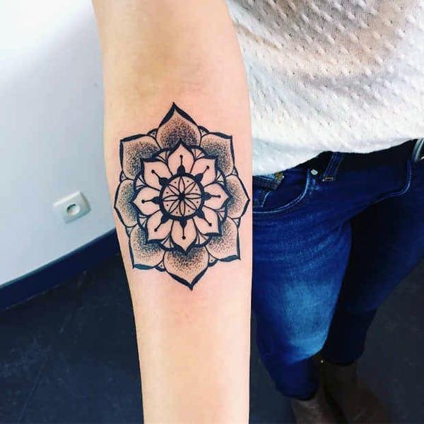 Mandala tatouage sur le bras avec un design d'encre noire apporte le look élégant