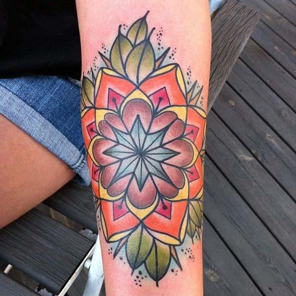 Tatouage Mandala sur le bras inférieur rend une femme exquise