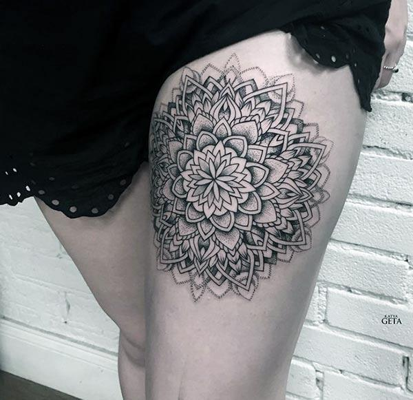 Mandala tattoo on the side thigh gives the girls an attractive look