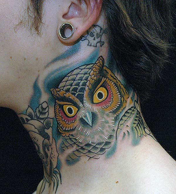 Hals tatoeage met een afbeelding van een uil maakt een meisje zo schattig