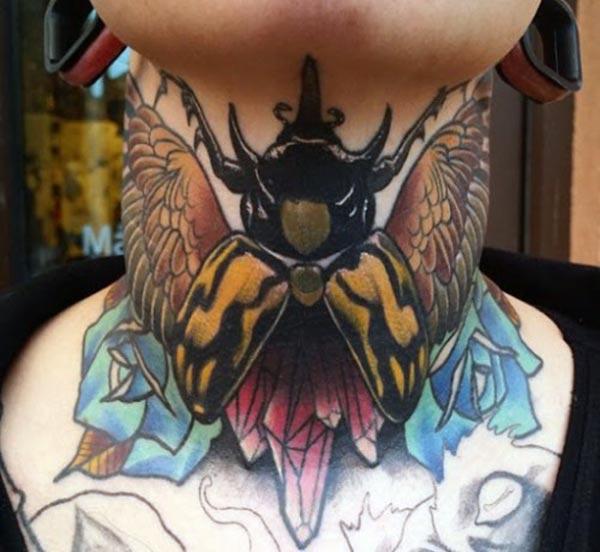 Nek tattoo met een zwart inktontwerp brengt de boeiende uitstraling