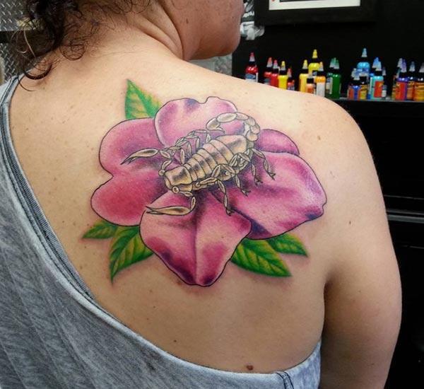 Scorpion Tattoo мөрөн дээрээ охидыг олноор нь хардаг