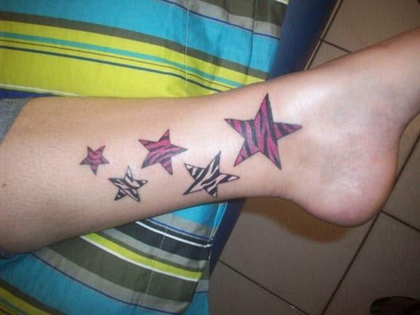 Zvezda tetovaža na podnožju sa crnim i roze boje donosi lep izgled