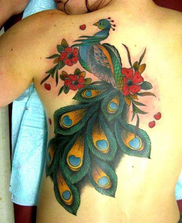 青とピンクの花のインクのデザインとピーコックタトゥーは豪華な外観をもたらします