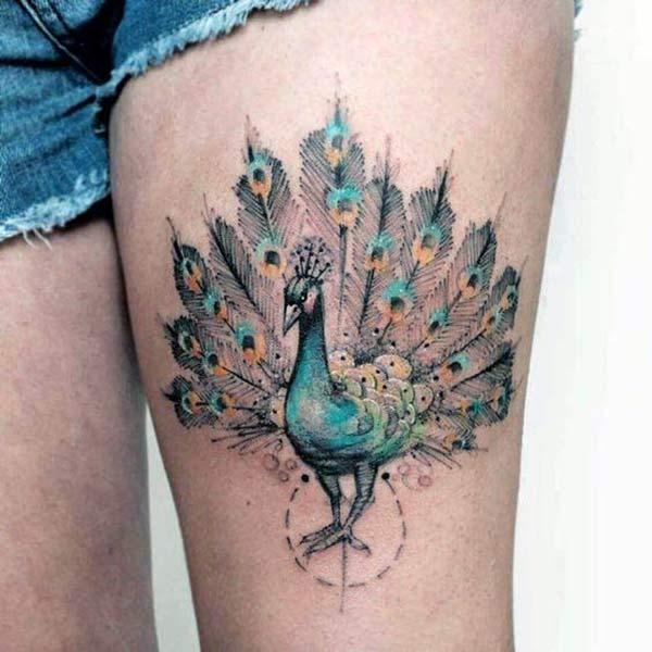 Peacock Tattoo an der Seite des Oberschenkels verleiht den Mädchen einen attraktiven Look