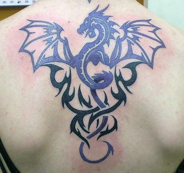 နောက်ကျောအပေါ်လူမျိုးစု Tattoo မိန်းကလေးတစ်ဦးသှေးဆောငျစေသည်
