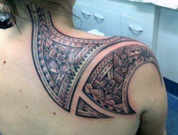 Cilšu tetovējums uz muguras pleciem padara meiteni pievilcīgu un elegantu