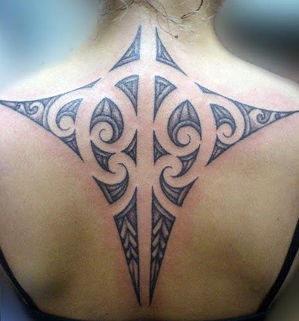 Melnās krāsas dizains cilts tetovējumā aizmugurē padara meitenes lielisku izskatu
