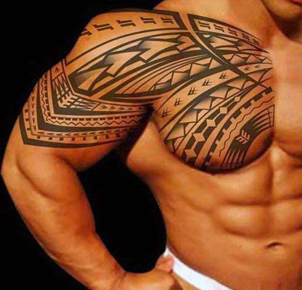 سیاہ سیاہی ڈیزائن کے ساتھ قبائلی ٹیٹو ایک آدمی کو بہترین نظر آتا ہے