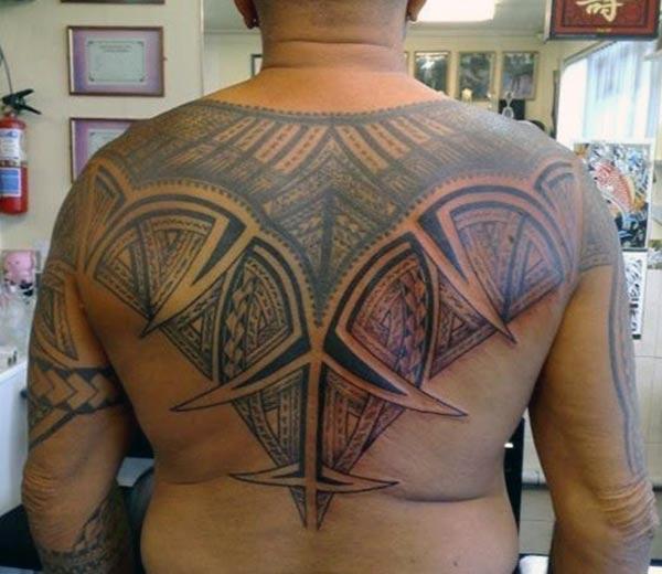 پیٹھ پر قبائلی ٹیٹو مردوں میں اخلاقی نظر آتے ہیں