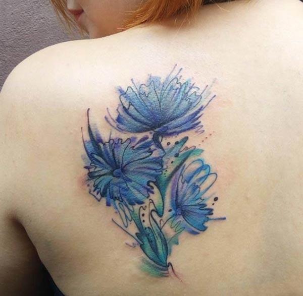 Прекрасно плаво цвеќиња акварел назад рамо тетоважа идеи за женски